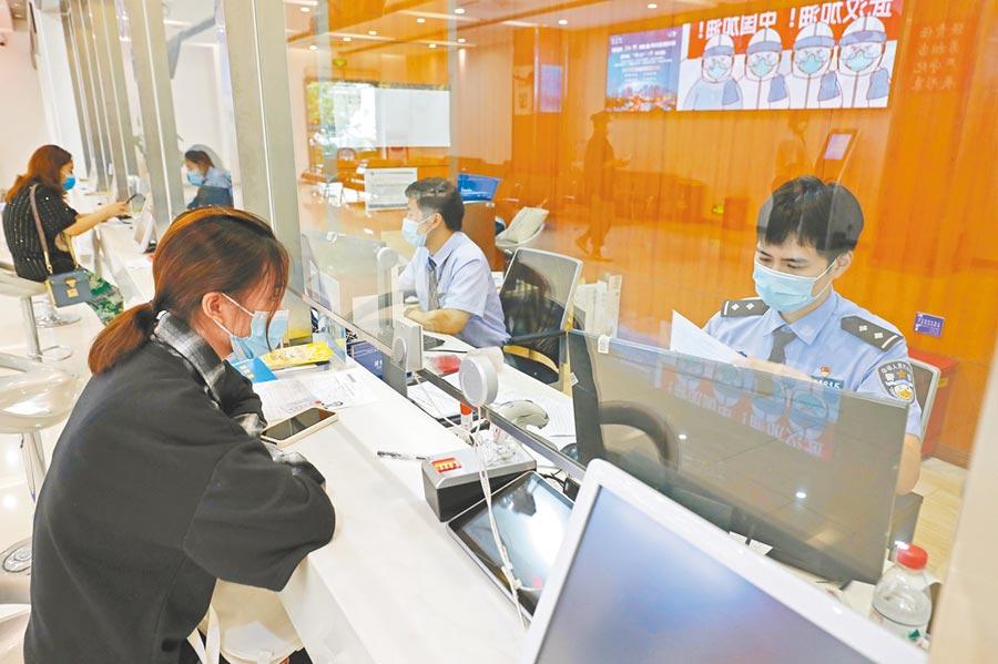 9月23日,大陸各地恢復到澳門的旅遊簽注,當日上海市民即到公安局的出入境接待大廳辦理赴澳門旅遊簽注。(中新社)