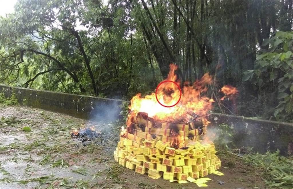 燒紙錢時,拍到焰中浮現一顆吶喊的骷顱頭。(圖/遊讀世界提供)