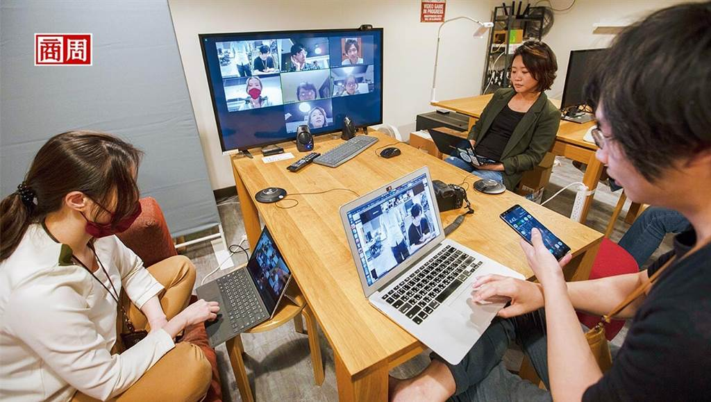 疫後世界,遠距工作盛行,無論文字或視訊聯繫,皆須具備數位肢體語言溝通能力。 (攝影者.郭涵羚)