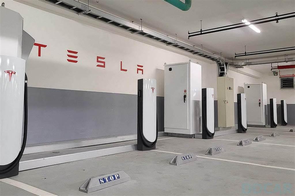 特斯拉北投超充上線啦!十支充電樁在 Aloft 雅樂軒酒店地下停車場,24 小時隨時服務!