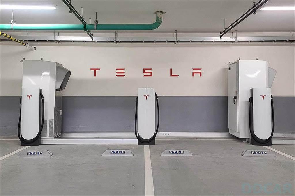 北投超充設有 6 支 72kW 城市超充座,若與有鄰車並充的 V2 相比,城市超充速度不會慢多少喔!