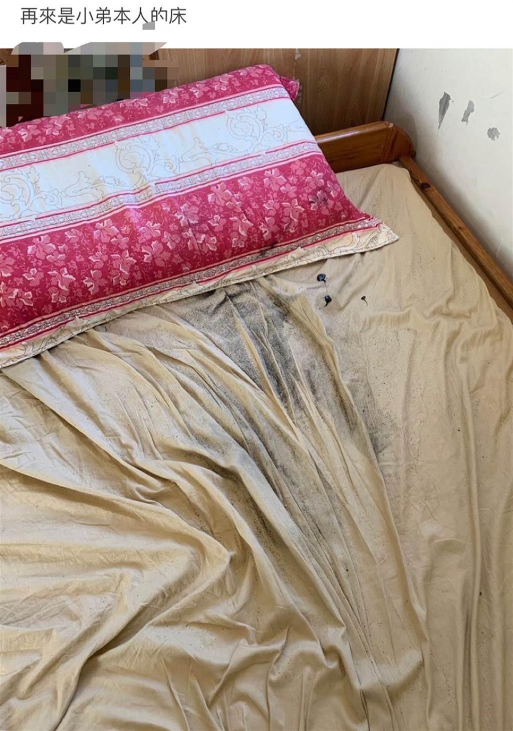 手機炸開後將床單、枕頭套都染的焦黑。(圖擷取自Dcard)