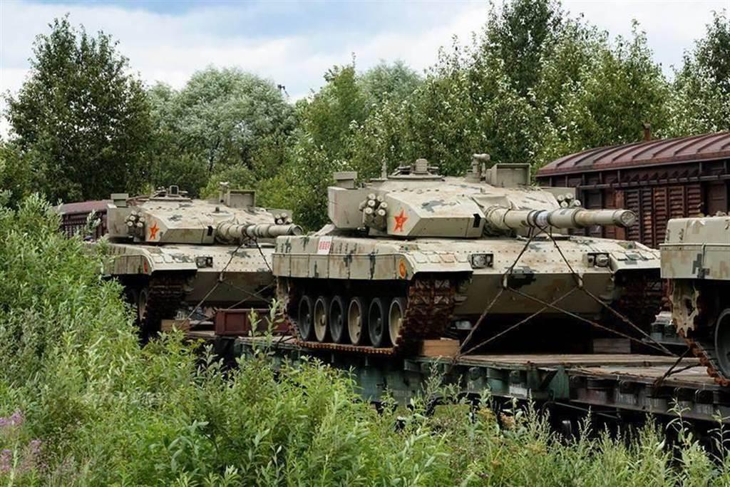 台商爆料「廈門出現大規模戰車集結」。圖為大陸解放軍96B戰車,經火車載運移動。(圖/CJDBYwebsite)