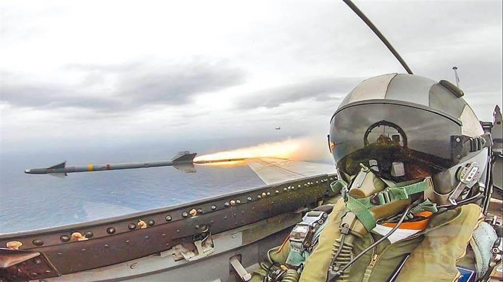 國防部將第一擊定義修改為自衛反擊權,強調我方在面對敵機時,仍不會主動攻擊。圖為IDF戰機在漢光35號演習中,射擊天劍一型飛彈。(圖/軍聞社提供)