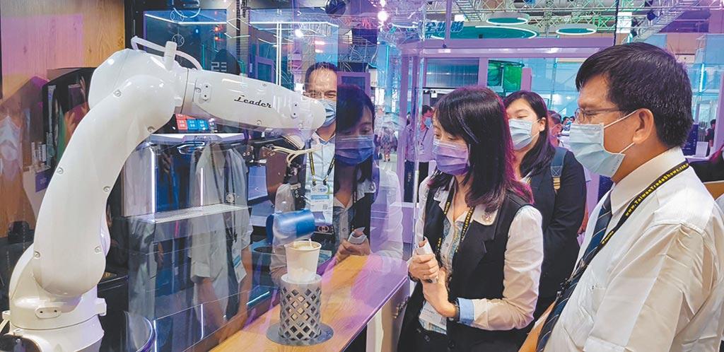 勵德自動化董事長施正德(右)向中小企業處副處長蘇文玲解說咖啡機器人模擬細膩的拉花動作。圖/工研院提供