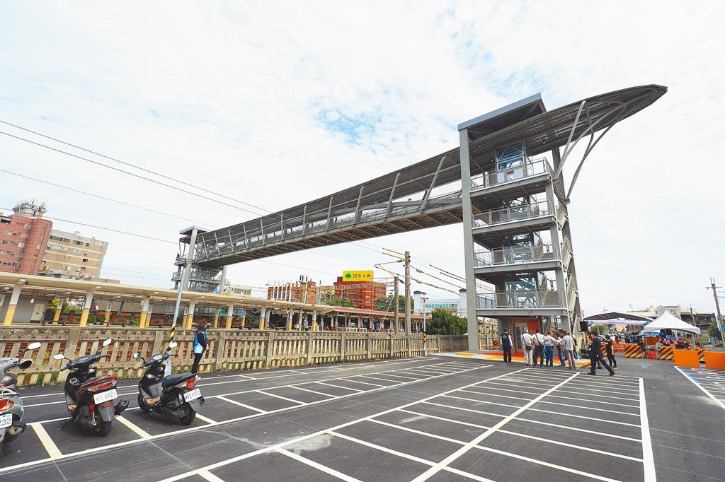 大甲火車站人行跨越橋暨甲后停車場24日啟用,民眾進出前後站將更便利。(陳淑娥攝)