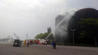 安平商港倉儲旁油槽外泡綿起火 濃煙沖天