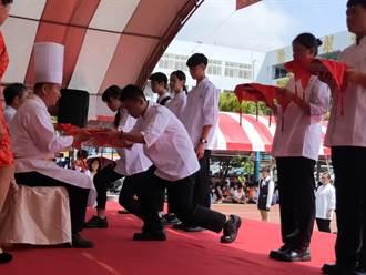 竹南君毅中學舉行拜師禮 名廚郭主義替學生戴廚師帽