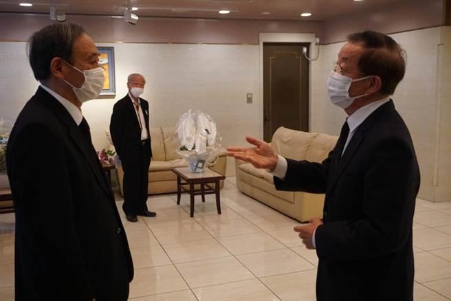 圖為日本官房長官菅義偉與駐日代表謝長廷位於駐日代表處大廳會面。(本報資料照/黃菁菁攝)