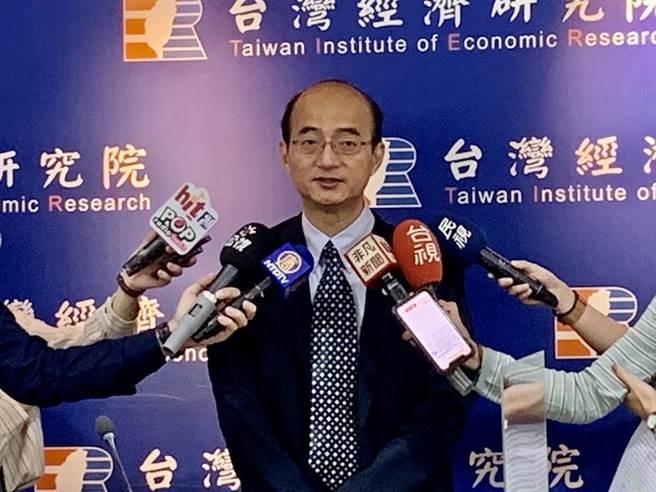 (台灣經濟研究院長張建一表示,廠商判斷現在看的到半年的景氣了。圖/陳碧芬攝)