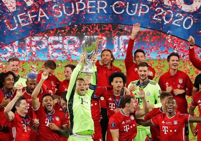 拜仁慕尼黑隊長諾伊爾帶領全隊舉起歐洲超級盃冠軍金盃。(路透)