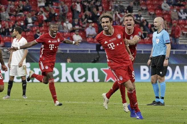 外傳即將離隊的馬丁尼茲(右二)在延長賽頂破僵局,助拜仁慕尼黑贏得歐洲超級盃冠軍。(美聯社)