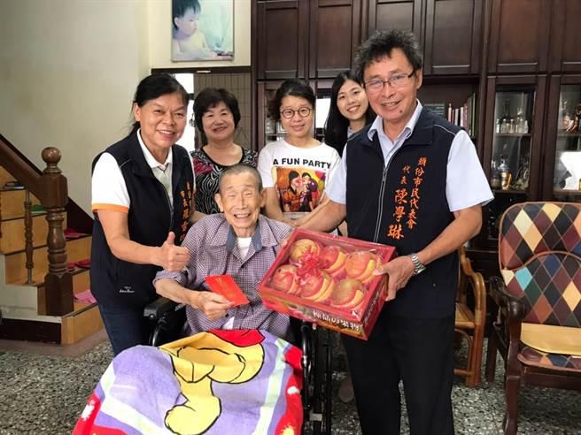 頭份市長羅雪珠(左)25日赴百歲人瑞家中致贈敬老金祝賀重陽。(頭份市公所提供/謝明俊苗栗傳真)