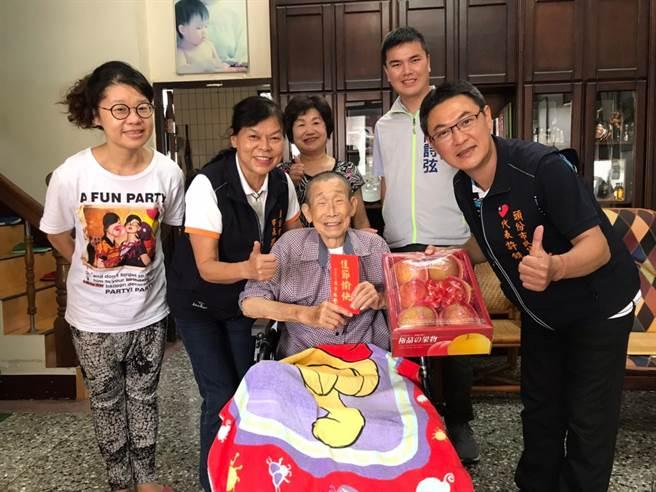 頭份市長羅雪珠(左二)25日赴百歲人瑞家中致贈敬老金祝賀重陽。(頭份市公所提供/謝明俊苗栗傳真)