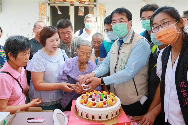 台南市長黃偉哲赴後壁區探視高齡104歲人瑞王吳月女士,並提早為王吳月女士慶生。(台南市政府提供/周書聖台南傳真)