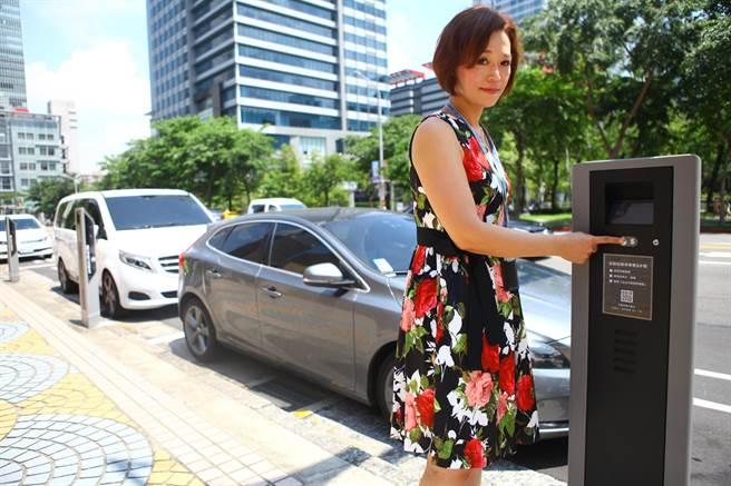 北市交通局預計編列1.92億8年連續性預算,明年在大同、萬華區建置500座智慧停車柱,由於先前試辦問題多,遭議員質疑公帑恐付諸流水。圖為過去試辦情形。(本報資料照片)