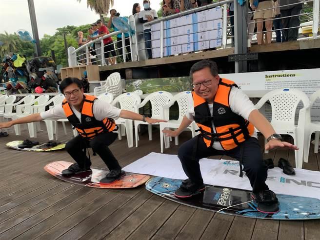 高雄市長陳其邁(左)合體桃園市長鄭文燦(右),25日在蓮潭纜繩滑水場「過乾癮」示範滑水。(柯宗緯攝)