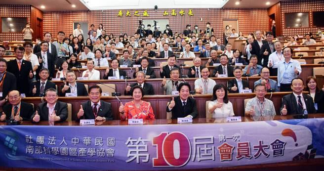 副總統賴清德(前排中)25日至屏東大學參與南科產學協會會員大會,更以「大南方驕傲」為題進行演講。(林和生攝)