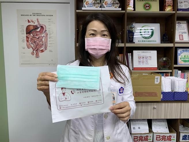 民眾養成戴口罩及保持社交距離的習慣,能夠有效防止飛沫傳染的疾病擴散。(姜霏攝)