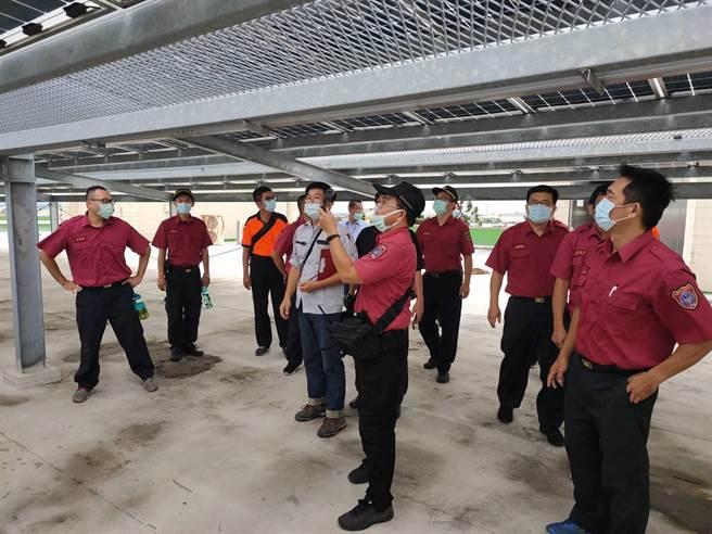 太陽能板火災頻傳,台南市消防局第二大隊25日舉辦太陽能板火災搶救訓練。(台南市消防局提供/劉秀芬台南傳真)