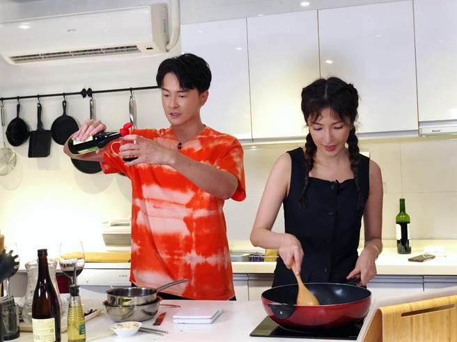 鄭元暢邀請同樣廚藝不佳的楊謹華比拼。(最大國際娛樂提供)