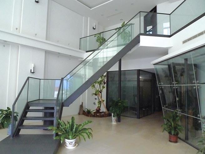 遠東機械產製的各類型鋼管與玻璃結合,被廣泛運用在居家環境的美化上。圖/莊富安