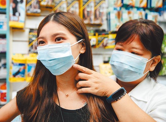 針對口罩國家隊又出狀況,行政院長蘇貞昌表示,政府一定會嚴查嚴辦。圖為藥局24日起開賣實名制「雙鋼印」口罩,口罩上印有Made In Taiwan、MD。(郭吉銓攝)