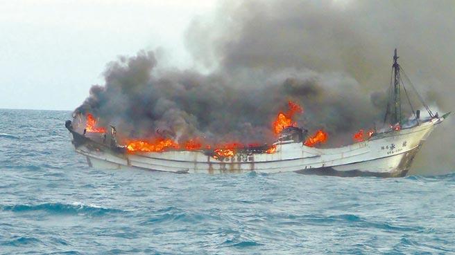「佑承3號」漁船23日在彰化王功外海發生火警,在強風助長下火勢相當猛烈。(台中海巡隊提供)