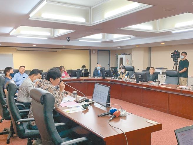 北市議會民政委員會24日進行「未立案養護所火警專案報告」,議員王浩怒轟社會局制度殺人。(張薷攝)