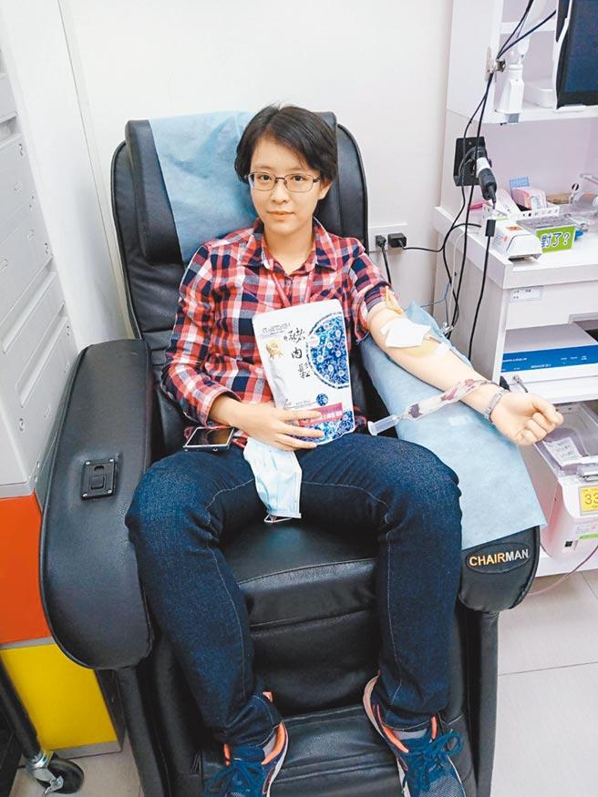 護理師劉香蘭每年一定捐滿1000CC血。(雲林捐血站提供/周麗蘭雲林傳真)