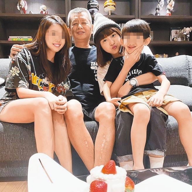小鬼妹妹(左)昨在爸爸生日這天Po出全家福對比照,由峮峮(右二)代替小鬼的位置。(摘自IG)