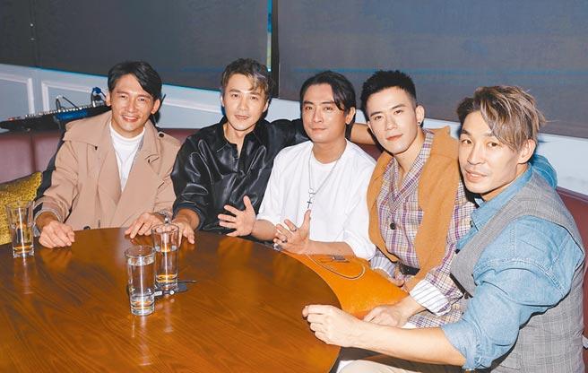許久未露面的Toro(中)與溫昇豪(左)討論後,便開啟「男人KTV」演唱會計畫,右起為藍鈞天、JR、是元介(左二)。(盧禕祺攝)