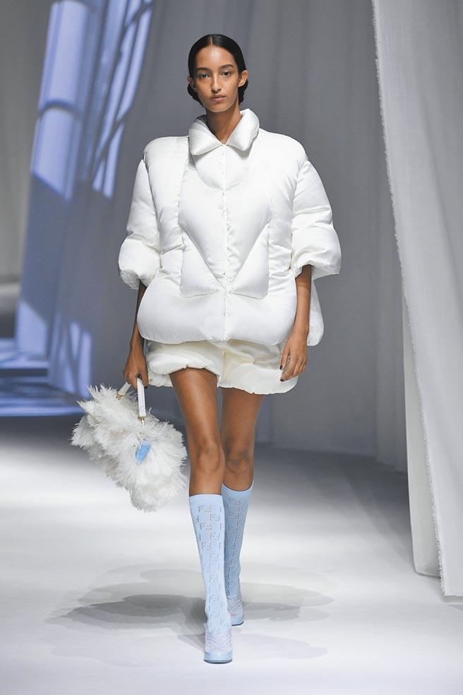 FENDI本季的服裝重點從「家」出發,女模特穿著白色充滿家居休閒細節的服裝走秀。(FENDI提供)