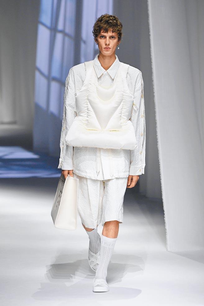 FENDI本季的服裝重點從「家」出發,男模特穿著白色充滿家居休閒細節的服裝走秀。(FENDI提供)