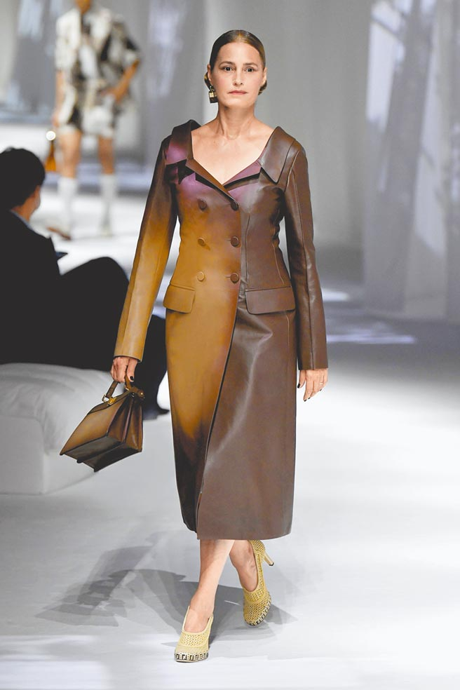 精緻的漸層色皮革是FENDI展現傲人技藝的方式。(FENDI提供)