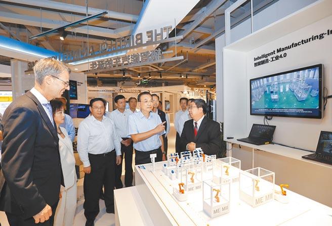 9月21日,大陸國務院總理李克強(右2),考察上海自貿區外資企業思愛普中國研究院。(中新社)