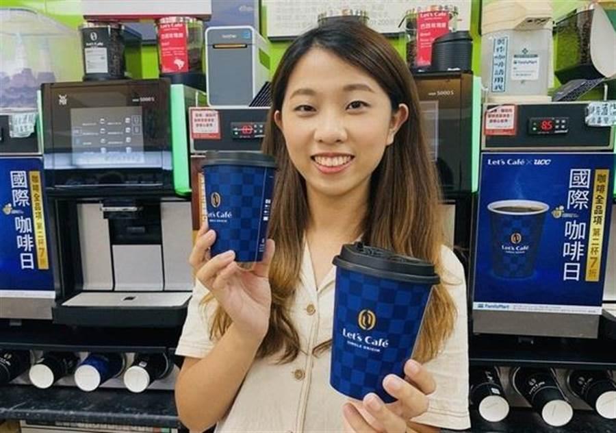 9/26至9/28全家便利商店App隨買跨店取祭出單品中杯熱美式咖啡、單品中杯熱拿鐵買1送1優惠,會員每人限購2組。(圖/全家提供)