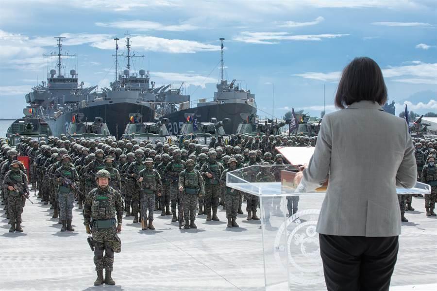 蔡英文總統與我國陸戰隊。圖為示意圖。(總統府提供)