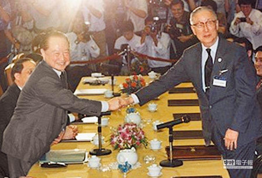 兩岸兩會1992年在香港以口頭約定「一個中國,各自表述」,即為「九二共識」,在此基礎上,海基會董事長辜振甫(右)與大陸海協會會長汪道涵在1993年於新加坡舉行辜汪會談。(取自海基會網站)