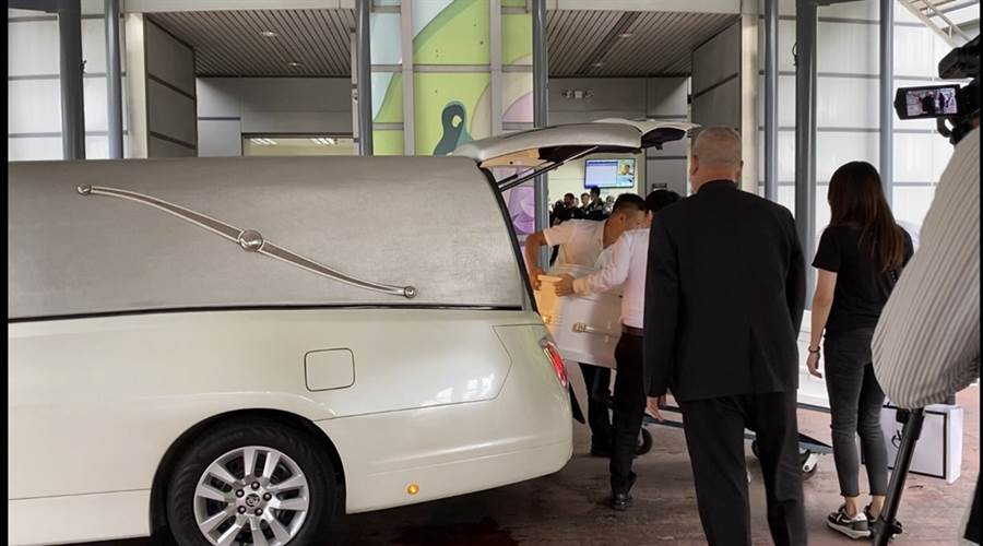 小鬼的白色靈柩和白色靈車。(圖/許雅淳攝)