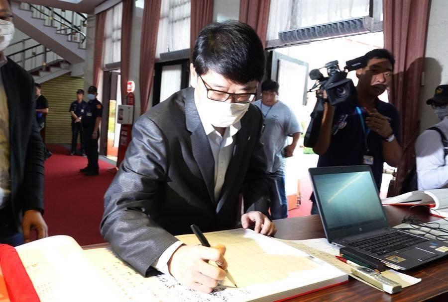 立委趙正宇到議場簽到。(姚志平攝)