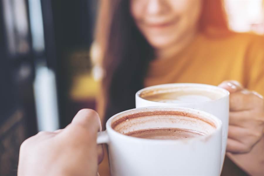 胸腔暨重症醫師黃軒引述國外研究指出,每天喝咖啡可提高大腸直腸癌晚期患者的生存率,且每天喝四杯或以上效果更好。(示意圖/Shutterstock)