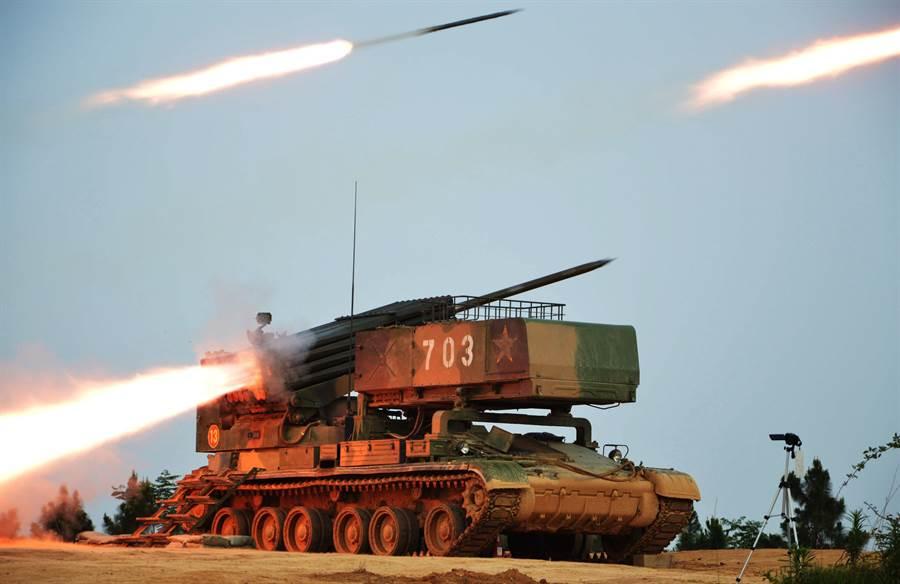 解放軍6月出動東部戰區第71 集團軍 ,在皖東腹地進行實兵實彈戰術演習的畫面。(中新社)