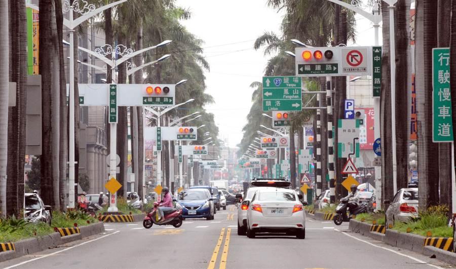 屏東縣議員李世斌質疑屏東市區紅綠燈設置浮濫,要求嚴格管制裝設條件。(林和生攝)