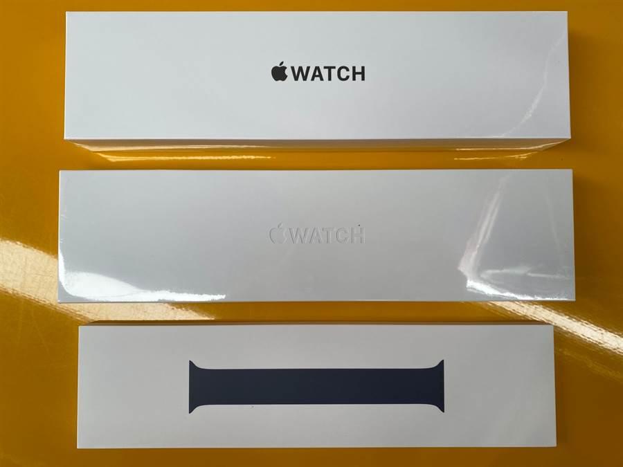 Apple Watch SE(上)與Apple Watch Series 6包裝盒以及單圈錶環。(黃慧雯攝)
