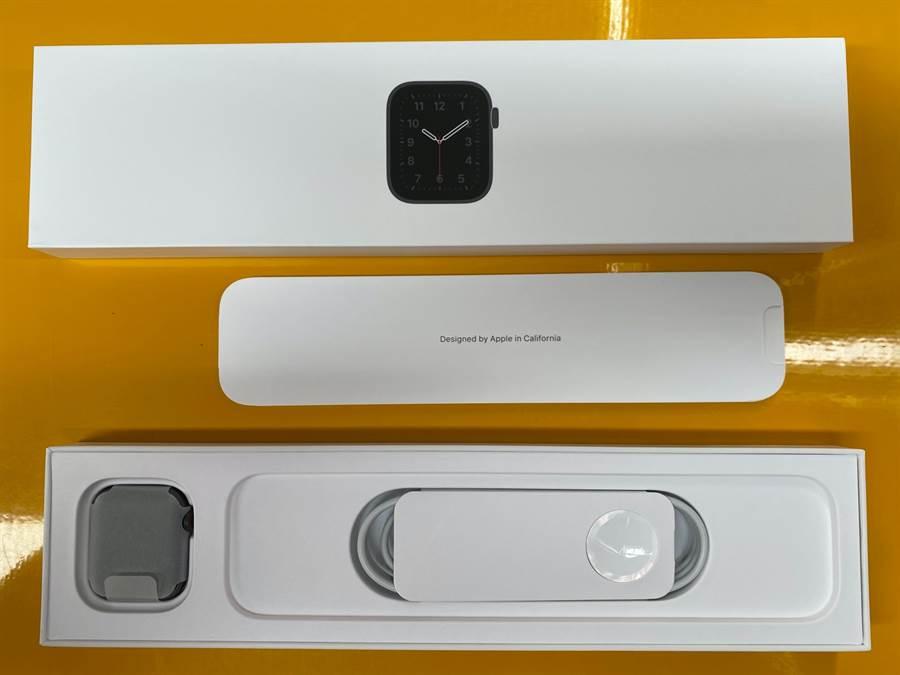 Apple Watch SE開箱,並未附上充電器,但有充電線。(黃慧雯攝)