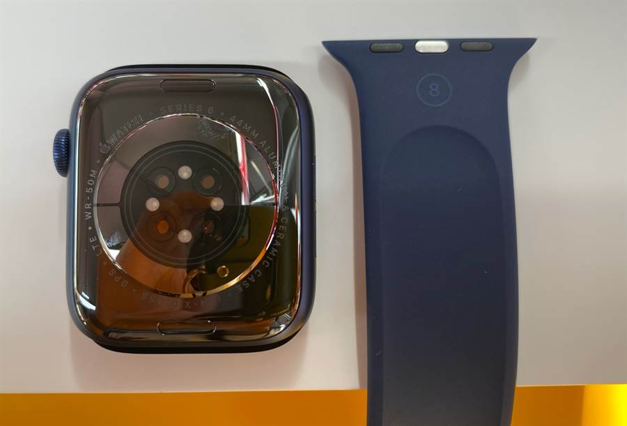 Apple Watch Series 6藍色鋁合金錶殼以及單圈錶環(單圈錶環上有錶帶尺寸號碼)。(黃慧雯攝)
