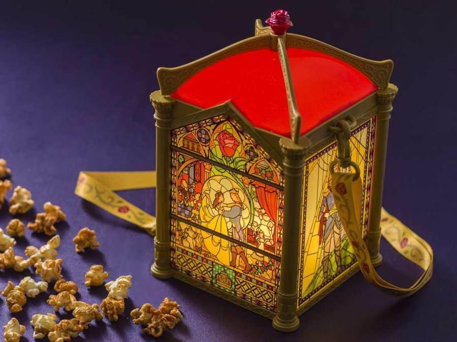 ◆ 以玻璃彩繪設計的爆米花桶還會發光 (圖片來源:Tokyo Disneyland )