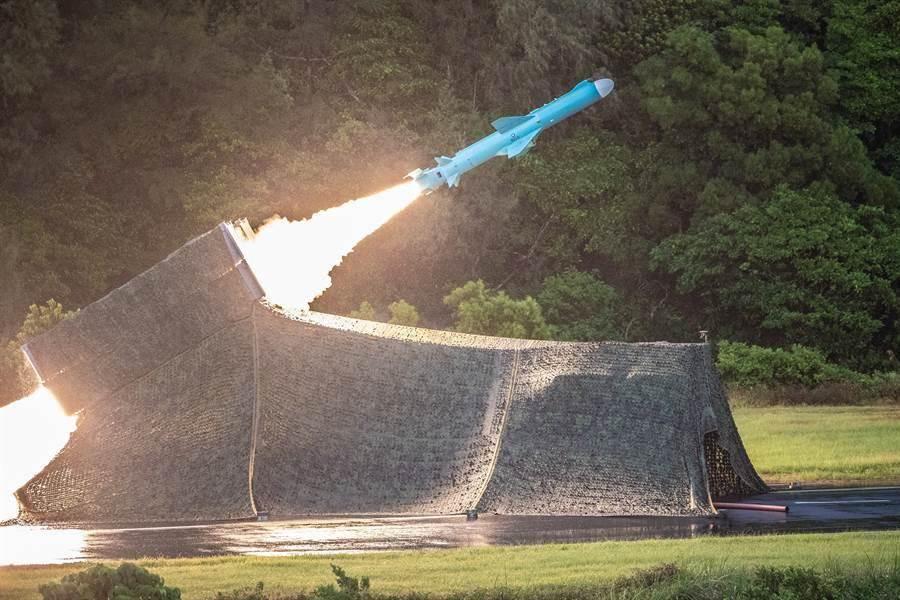 漢光36號演習7月15日進行「濱海決勝」演練,由3軍部隊實施精準實彈演習,圖為海軍機動飛彈車射擊雄風2型反艦飛彈的畫面。(軍聞社)。