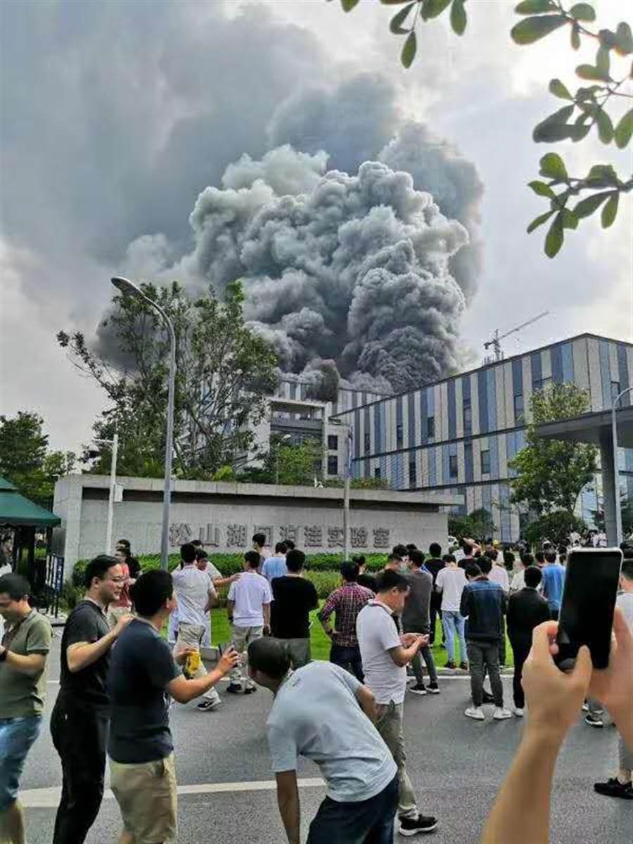 位於東莞松山湖的華為研發實驗室25日驚傳火災。(圖/網路影片擷圖)